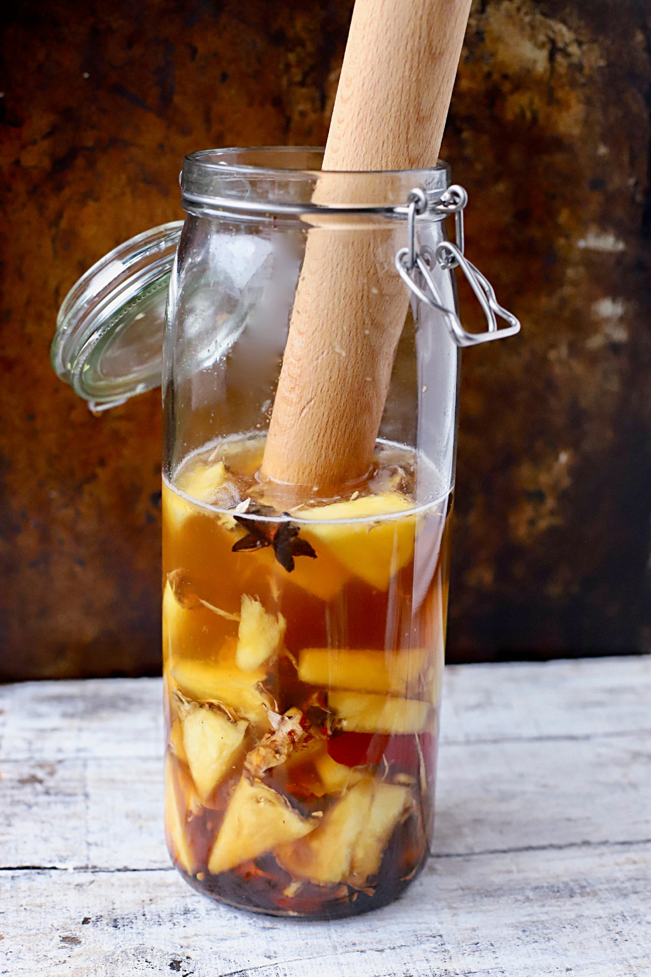 Beat the heat - and CO2 shortages - with tepache, the fermented natural soft drink from Mexico. It's very easy to make, healthy and thirst-quenching. It's great for gut health, too. #fermented #drinks #Mexican #softdrink #tepache #pineapple