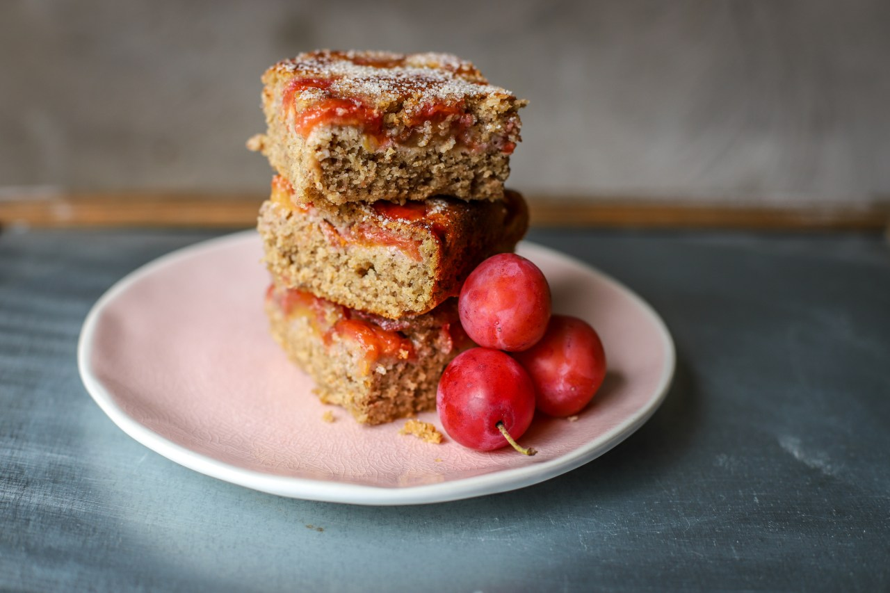 Juicy plums in and on this upside down style of #cake make it super moist and naturally sweet. #glutenfree, whole grain and lower added sugars and fat. A healthier kind of #baking. #oats #fruit