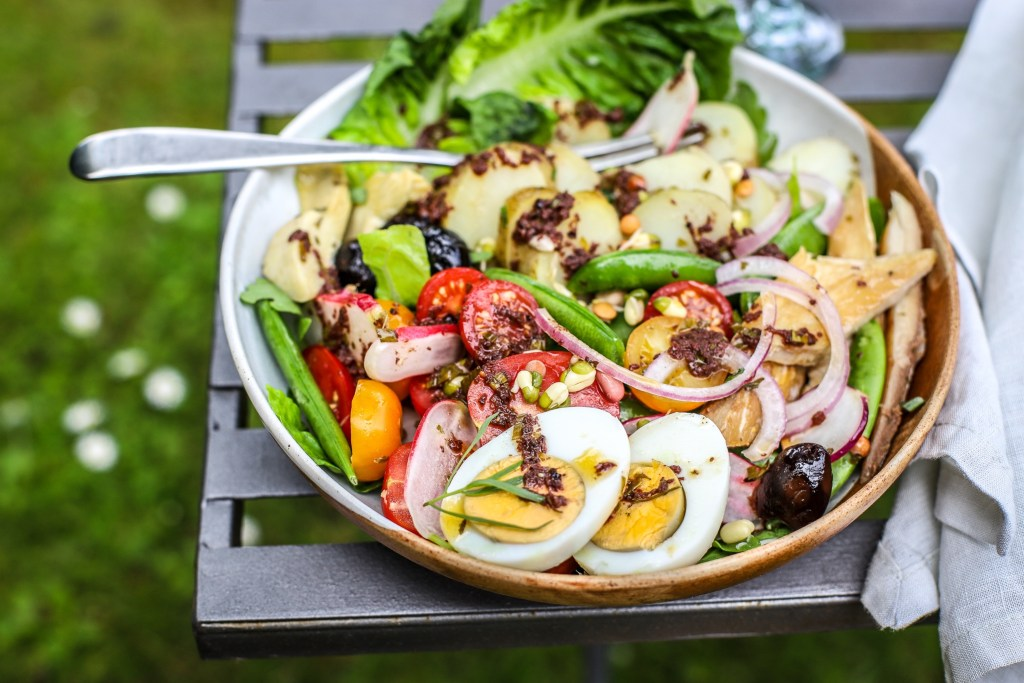 salade NIcoise on a garden table