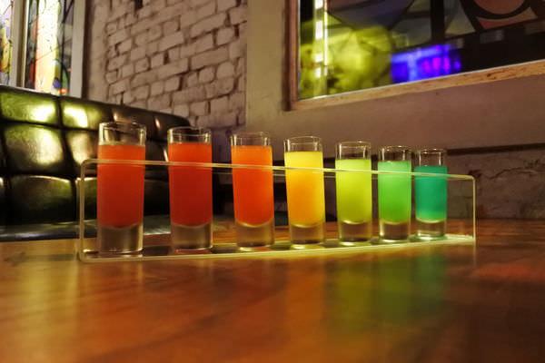 【台南中西區】巷弄裡的小秘境「散漫酒館Bar Acedia」,創意調酒/精釀啤酒/彩虹SHOT,微醺的夜!