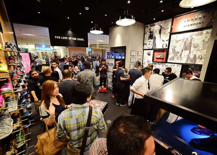 customers-in-line-purchasing-the-Jordan-X-Slam-Dunk-collection