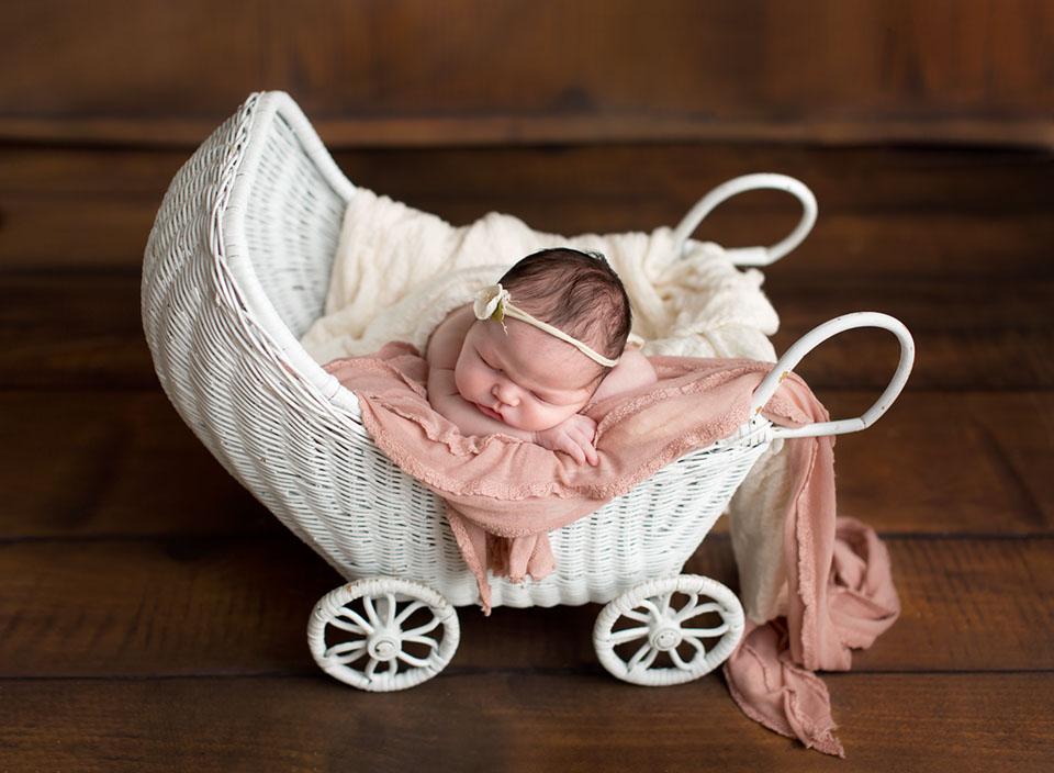Certified newborn photography specialist in Willow Beach. Serving Georgina, Keswick, Sutton, Pefferlaw, Bradford, Newmarket, Aurora
