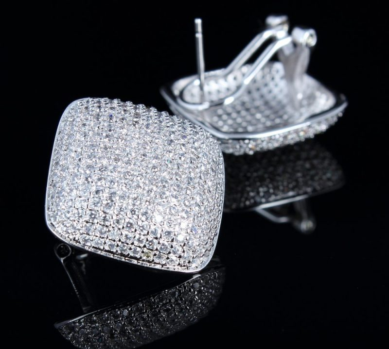 Choosing the Right Pair of Diamond Earrings for Your Face Shape