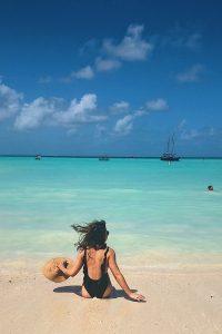 Kelseylynnb.com | swimsuit, beach, aruba travel guide, travel guide, swimsuit, black swimsuit, one piece swimsuit, one piece, black bathing suit
