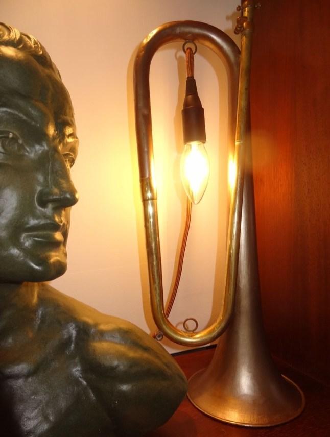 kelvin et lumen luminaires bois cordon rouge et noir ampoule LED lampe de chevet chambre studio salon séjour entrée