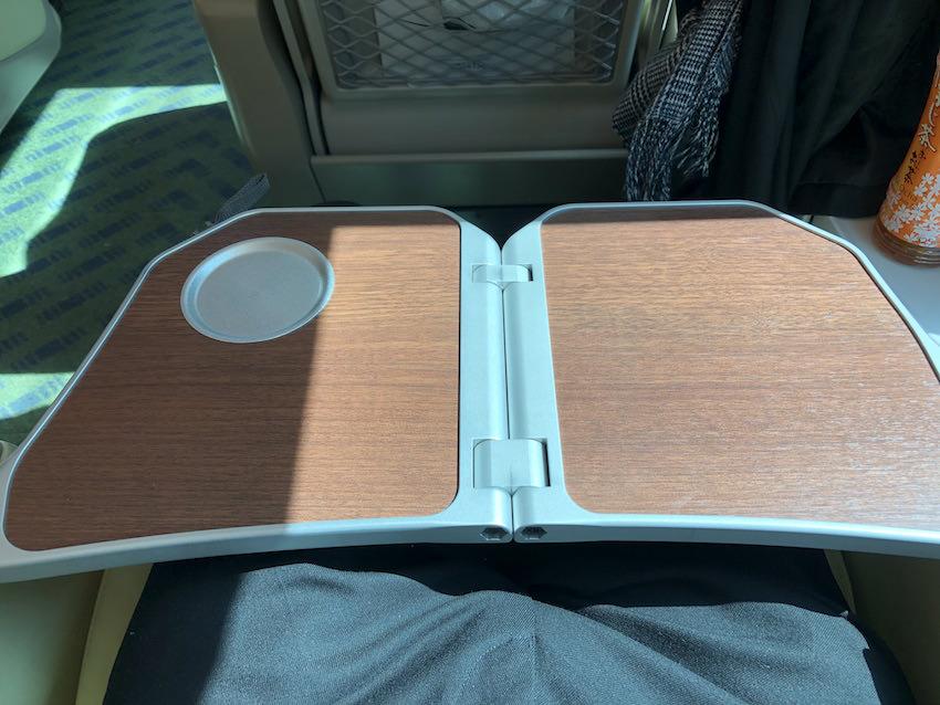 「しまかぜ」の肘掛け部分に収納されているテーブル。テーブル位置が近いのでPCを使う時は少し窮屈な体勢になる。