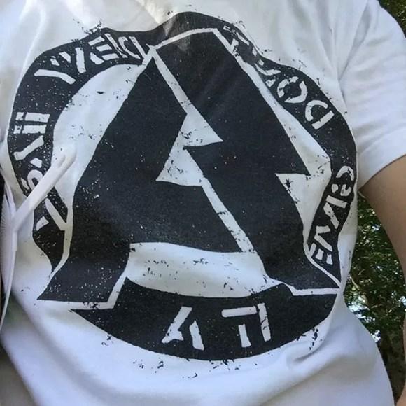 やはり洋ロックのTシャツは皆無。唯一持ってたSAで参戦中隣の席にライブハウス大作戦を発見! #ベリテン