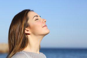 Kvinde trækker vejret dybt