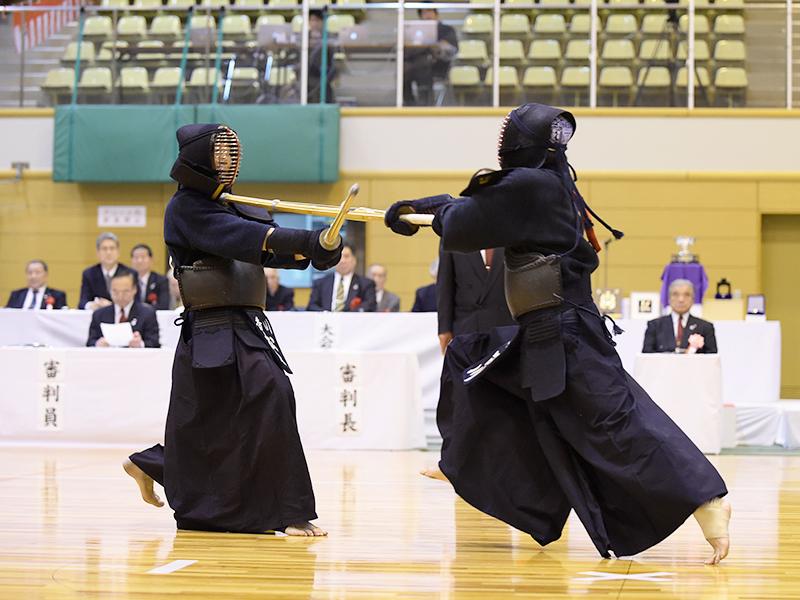 平成27年の全日本選抜八段優勝大会、突きを決める