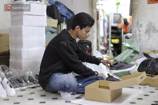 9x Đà Nẵng tự thiết kế và sản xuất giày Việt 100% và câu chuyện khởi nghiệp với 25 triệu đồng - Ảnh 1.