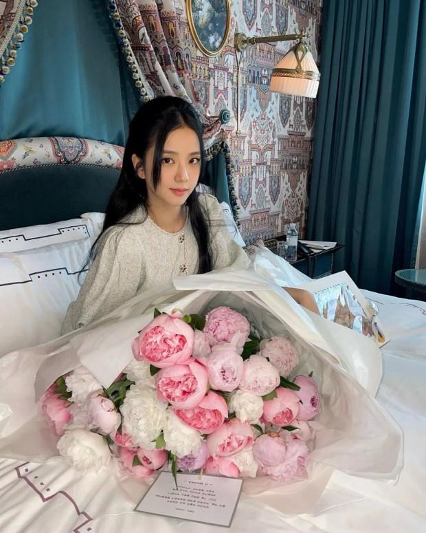 Từ nay hãy gọi Jisoo (BLACKPINK) là công chúa: Xinh đến sốc visual, đọ sắc bên hoa còn kiều diễm gấp nhiều lần - Ảnh 2.