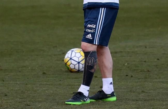 Messi xóa hết hình xăm cũ ở chân, thay bằng hình mới cực độc - Ảnh 5.