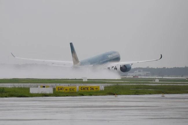 Máy bay xếp hàng cất cánh ở Nội Bài - Ảnh 5.