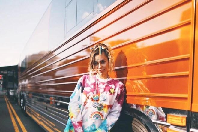 Miley Cyrus hợp tác với Converse ra mắt BST giày tôn vinh cộng đồng LGBT - Ảnh 1.
