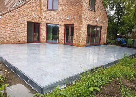 Plaatsen keramische terrastegels