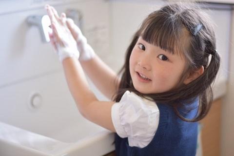 手洗いをする女の子