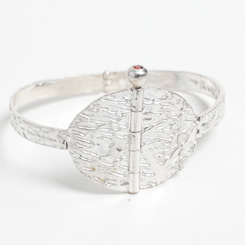Sume bracelet, hinged based bracelet with a pin clasp closure and flush set sapphire