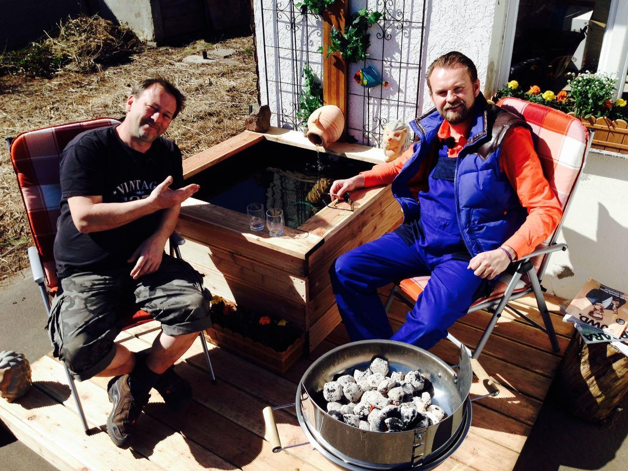 Kenny und Micha bauen ein Wasserspiel-Geplätscher im Schrebergarten