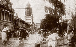 The Arakawa floods in 1910. Here is Asakusa, with the Asakusa Twelve-stories in the background.