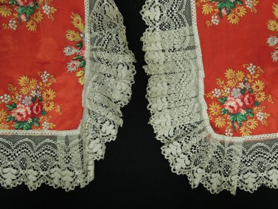 Here you can see how the lace looked before and after ironing.