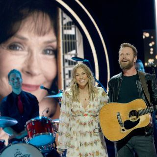 """Dierks Bentley and Sheryl Crow honor Loretta Lynn as they perform """"Louisiana Woman, Mississippi Man"""" at 2018's CMT Artists of the Year gala. (Rick Diamond/Getty Images)"""
