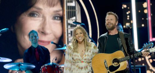 "Dierks Bentley and Sheryl Crow honor Loretta Lynn as they perform ""Louisiana Woman, Mississippi Man"" at 2018's CMT Artists of the Year gala. (Rick Diamond/Getty Images)"