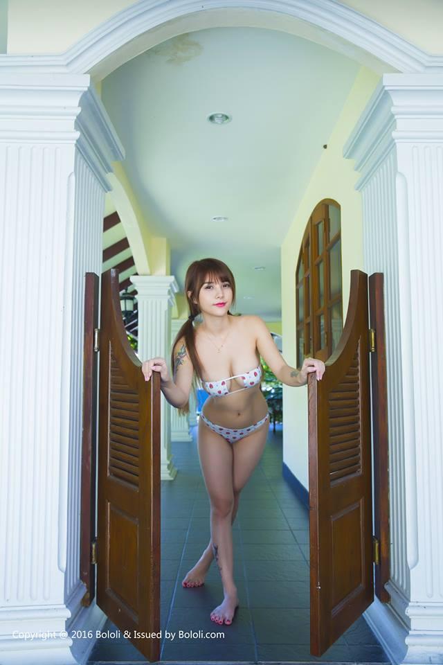 em-gai-trung-quoc-khoe-buoi-bang-bikini-sieu-bé-nho (1)