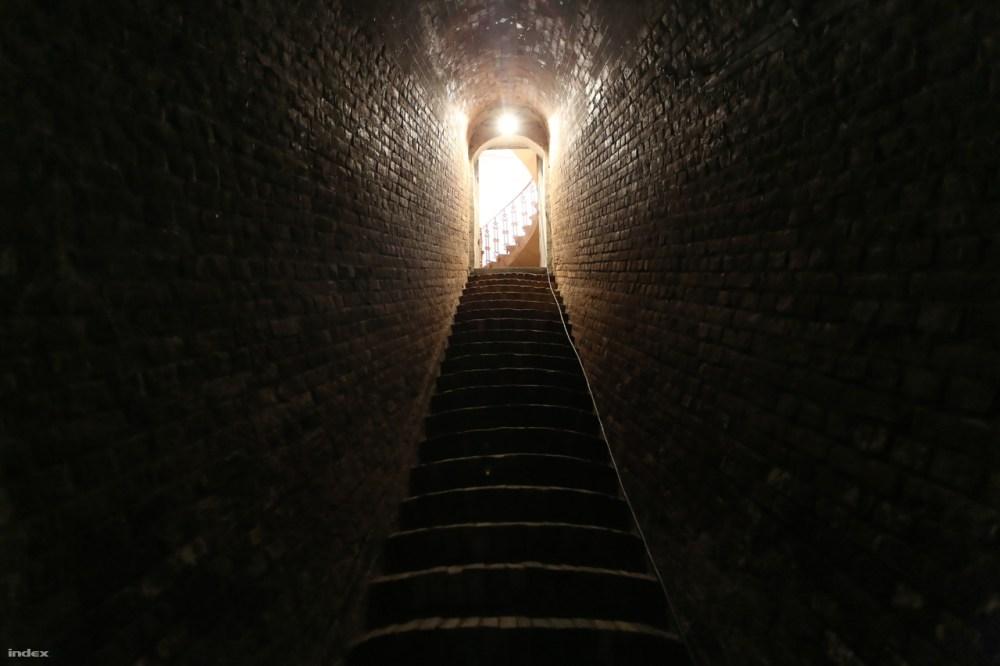 Viszonylag szűk folyosó vezet a víztárolóba.