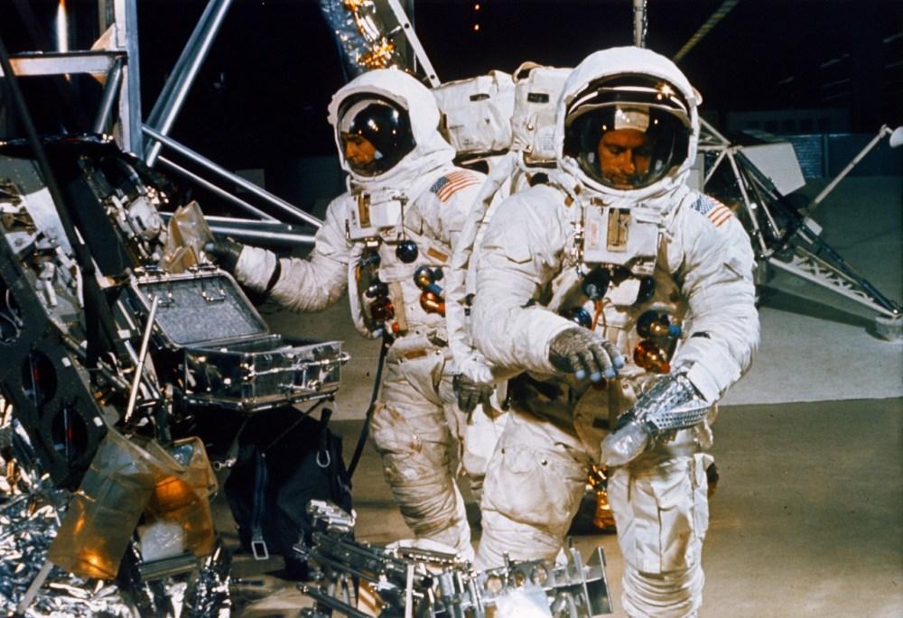 1969. szeptember: Charles Conrad Jr. és Alan L. Bean (a háttérben) az előttük álló holdsétán elvégzendő feladatokat gyakorolja.