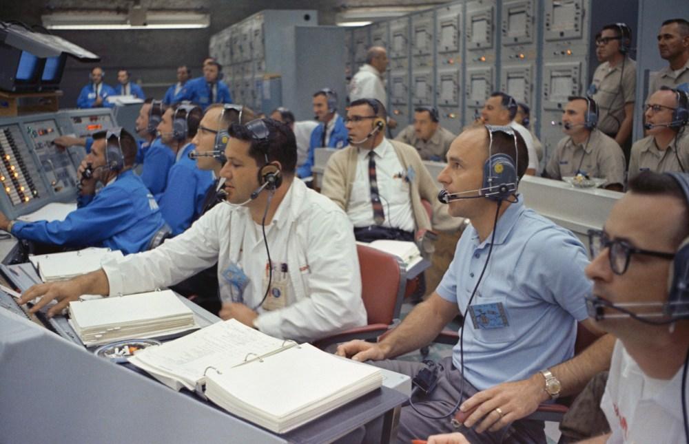 1965. december 4. Alan Bean (jobb szélen) a Gemini-7 startját figyeli a Kennedy Űrközpontból.