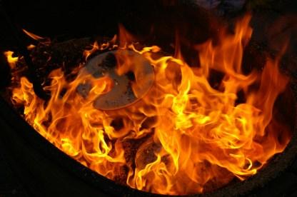 die ganze Kraft der Flammen beim Rakubrand