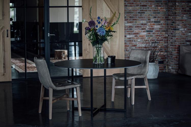 Impressiefoto Keramische tafel met zwart marmer-look blad rond