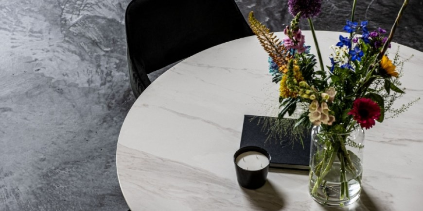 Hoe wordt keramiek voor keramische tafels nu eigenlijk gemaakt?