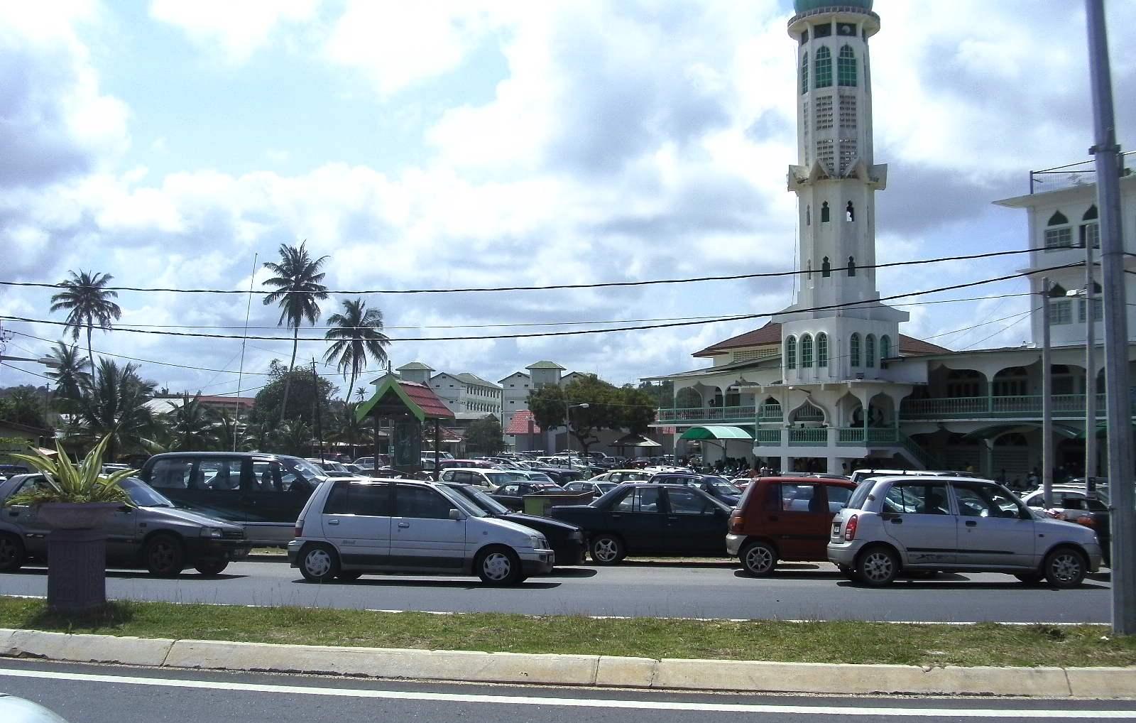 Kereta jemaah memenuhi ruang parking di halaman masjid dan juga sepanjang kiri dan kanan jalan di hadapan masjid.