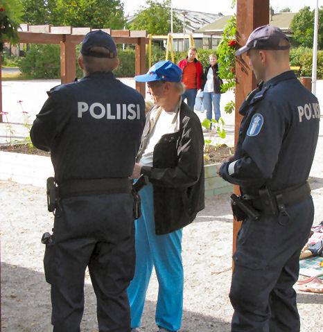 Poliisipartio saapui paikalle kutsuttuna.