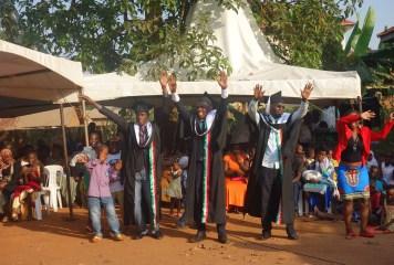Der unabhängige Kandidat Ssekamate Hamza (Mitte) beim Feiern seines Abschlusses und Bewerbung seiner Kandidatur für den Local Council III