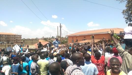 Im blauen Hemd: Spitzenkandidat Dr. Besigye