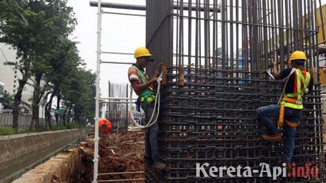 Pekerja tegah memasang besi tiang pacang pembangunan Light Rail Transit (LRT) di Kawasan Kelapa Gading, Jakarta Utara - www.tribunnews.com