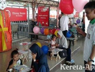 PT KAI menyediakan arena ramah anak untuk para pemudik di Stasiun Senen - metro.sindonews.com