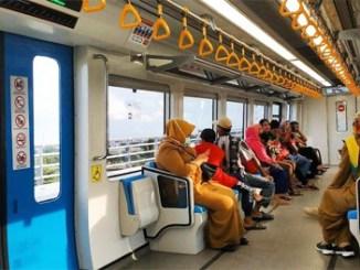 Para penumpang di LRT Palembang