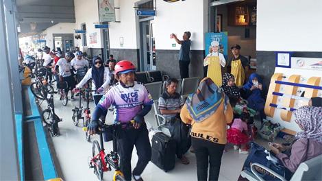 Komunitas Sepeda Diajak Jalan-jalan Naik KA Galunggung