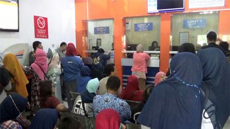 Suasana antrian pemesanan tiket di Stasiun Kereta Api Jombang, wilayah PT Kereta Api Indonesia (KAI) Daop 7 Madiun