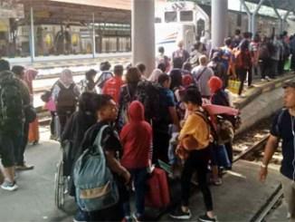 Penumpang Kereta di Stasiun Gubeng mengalami lonjakan saat libur Pemilu