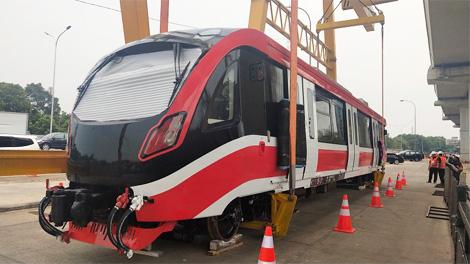 Rangkaian LRT diangkat ke lintasan LRT Jabodetabek