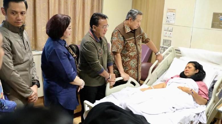 Photo of Bu Ani Yudhoyono Sakit Kanker Darah, Dirawat di Singapura