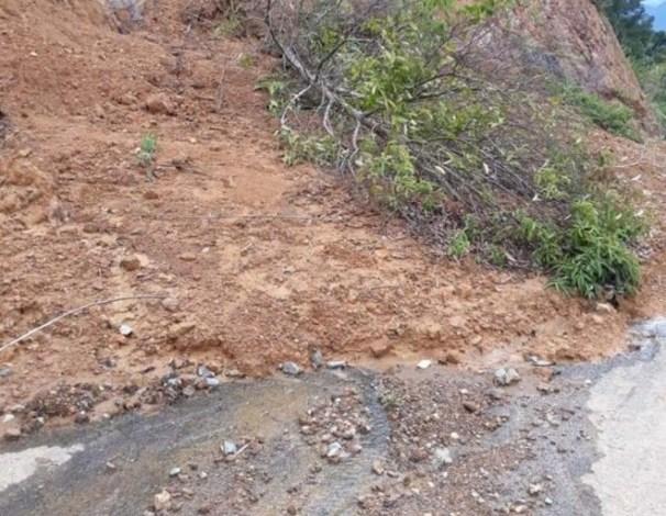 Photo of Badan Jalan Menuju Bukit Khayangan Tertimbun Longsor