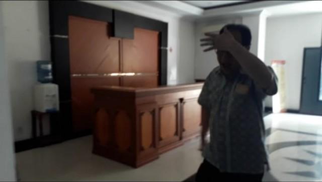 Photo of Pengusaha Asiang Lari dan Tutup Wajah Masuk Ruang Pemeriksaan Polda Jambi