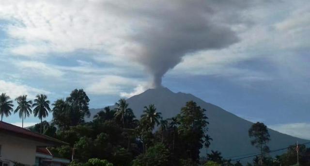 Photo of Gunung Kerinci Semburkan Abu Vulkanik