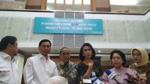 Ketua Pansel KPK Jilid V Yenti Garnasih bersama anggota panitia seleksi lainnya. [Suara.com/Muhammad Yasir]