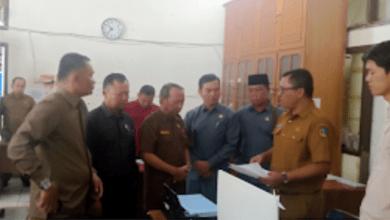 Photo of Warga Mengeluh, Dukcapil Kerinci Tutup Pelayanan, DPRD Langsung Sidak